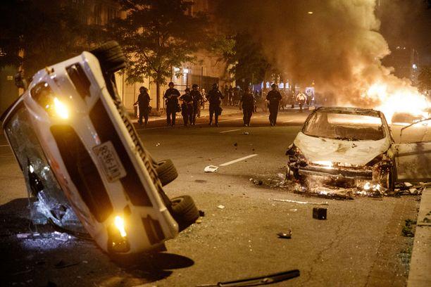 Yöllinen näkymä Washingtonista muistuttaa sotatannerta.