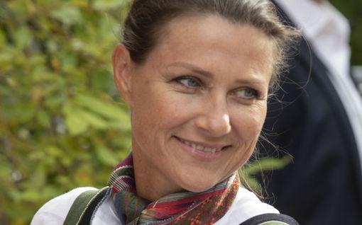Norjan prinsessa Märtha Louise harvinaisissa kuvissa - linkkasi kepeillä prinssin konfirmaatioon