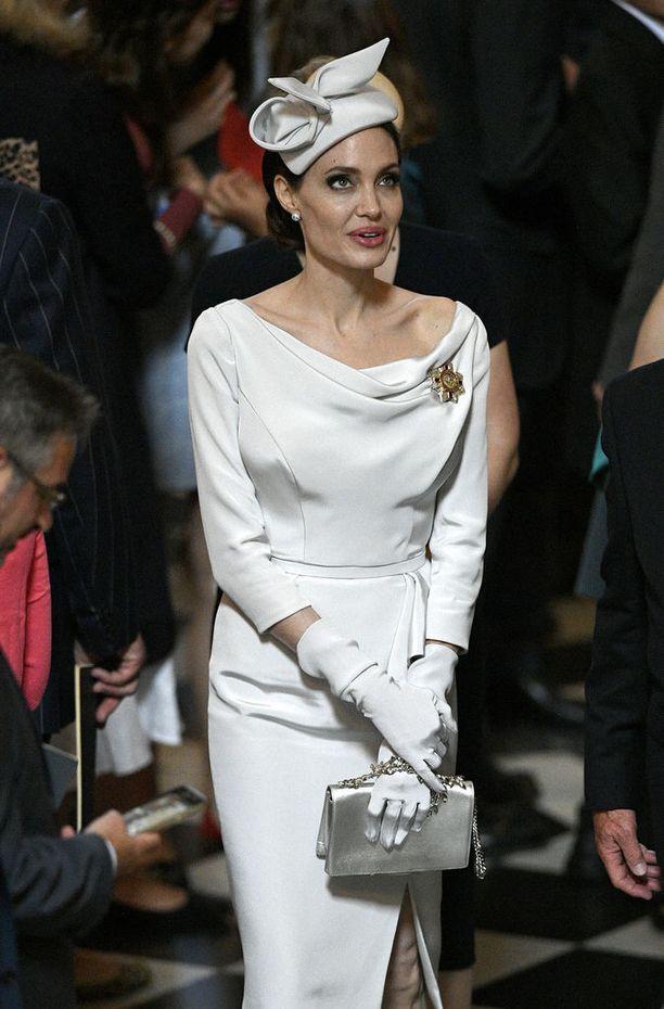 Angelina Jolie noudatti tiukasti pukeutumisetikettiä.
