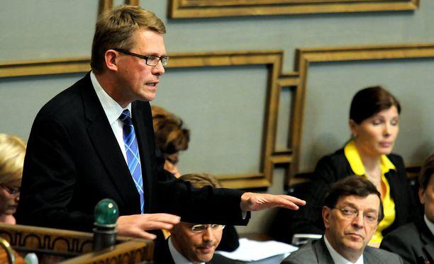 Matti Vanhanen vastaili opposition kysymyksiin vaalirahoituksesta kesällä 2008.