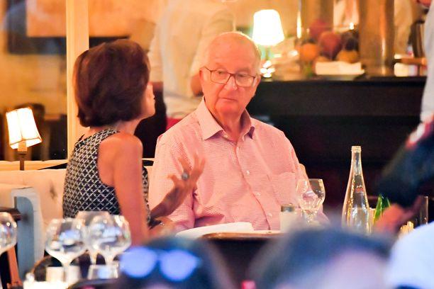 Kruunustaan luopunut kuningas Albert II lounastamassa ravintolassa St. Tropezissa kuin kuka tahansa belgialainen.