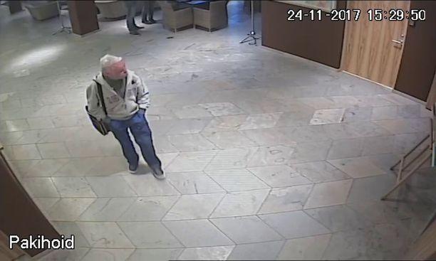 Porilainen Ari Saarilammi katosi marraskuussa Tallinnassa. Hänen liikkeitään on pyritty selvittämään muun muassa valvontakameranauhojen perusteella.