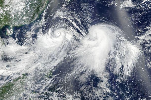Taifuuni Lekima (vas.) ja trooppinen myrsky Krosa (oik.). Lekima riehuu Kiinassa ja Krosa Japanissa.