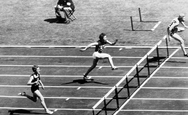 Shirley Strickland (oikealla) voitti Melbournen olympialaisissa 80 metrin aidat vuonna 1956. Nyt jo edesmenneelle urheilijalle vaaditaan mitalia myös vuoden 1948 kisoista.
