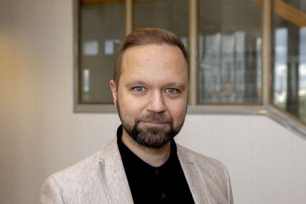 Entinen kansanedustaja, nykyinen sisäministerin valtiosihteeri Olli-Poika Parviainen on huolissaan siitä, että viranomaisten ja valtion virallinen linja voi hämärtyä tällaisten ulostulojen takia.