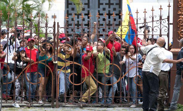 Hallitusta tukevat mielenosoittajat puolustivat presidentti Nicolas Maduroa lainsäätäjien harkitsemilta syytteiltä sunnuntaina.