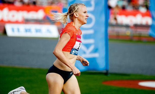 Sandra Eriksson (kuvassa) edustaa Camilla Richardssonin kanssa Suomea naisten 3 000 metrin estejuoksussa.