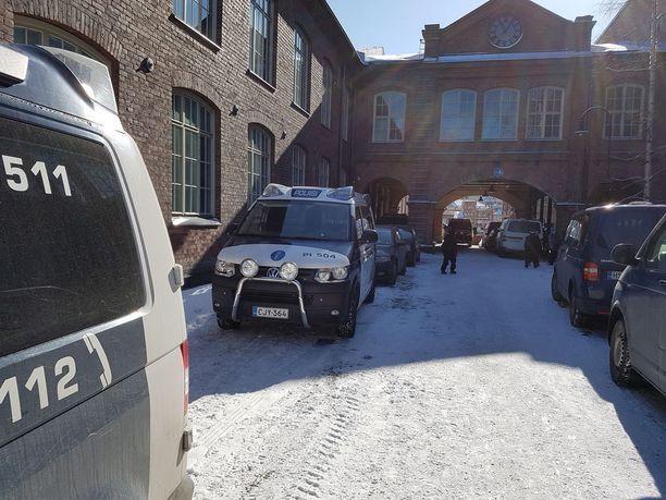 Pirkanmaan käräjäoikeuden etupihalla oli kymmenkunta poliisiautoa, kun Suomen laajimpiin kuuluva huumeoikeudenkäynti alkoi Tampereella. Käräjät kestävät toukokuun loppuun.