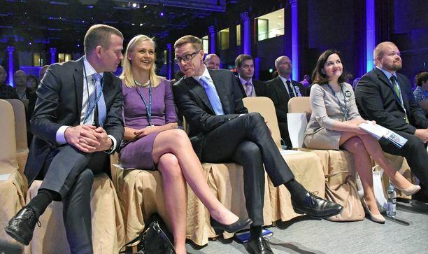 Opetus- ja kulttuuriministeri Sanni Grahn-Laasonen kuunteli vierestä kuin kokoomuksen puheenjohtajaehdokkailla Petteri Orpolla, Elina Lepomäellä ja Alexander Stubbilla oli keskenään hauskaa puoluekokouksen avajaisissa.