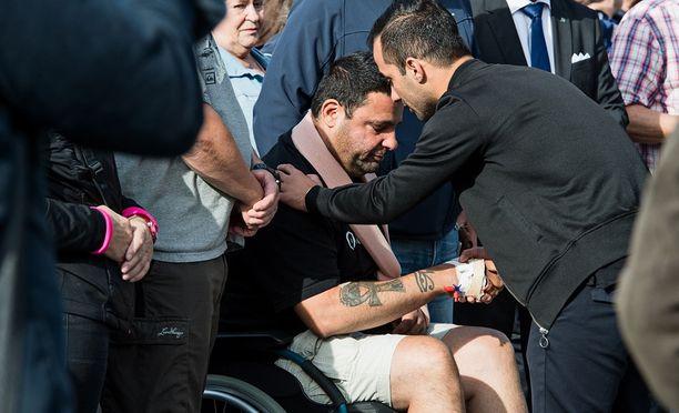 Hassan Zubier vastaanotti tervehdyksiä Turun iskun tapahtumapaikalla, kun oli päässyt sairaalasta.