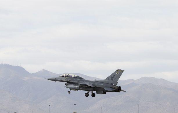 Naton F-16-hävittäjä yritti venäläismedian mukaan uhkaavasti lähestyä Venäjän puolustusministerin konetta.