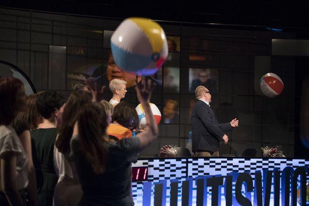 Juhlalähetyksen kunniaksi studio täyttyi rantapalloista.