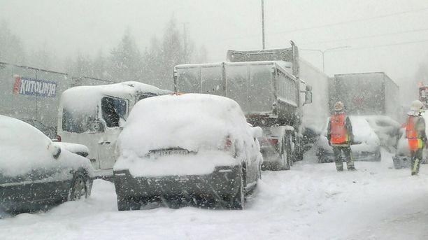 Maanantain ja viime yön aikana paikoin Länsi- ja Keski-Suomea tuli yli 20 senttiä lunta. Tänään voi olla luvassa toinen mokoma.