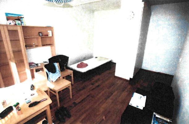 Poliisi teki kotietsinnän sarjakuristajan asuntoon samana päivänä, kun hänet otettiin kiinni murhasta epäiltynä. Kuva asunnon olohuoneesta.