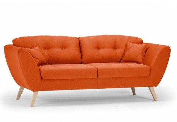 Trendikäs oranssi ja retromuotoilu yhdistyvät tässä sohvassa. Kolmen istuttavaan sohvaan kuuluu myös koristetyynyt, ja jalat voi valita toiveiden mukaan. Sound 3-sohva Lahdesmaki.fi. Hinta 890,