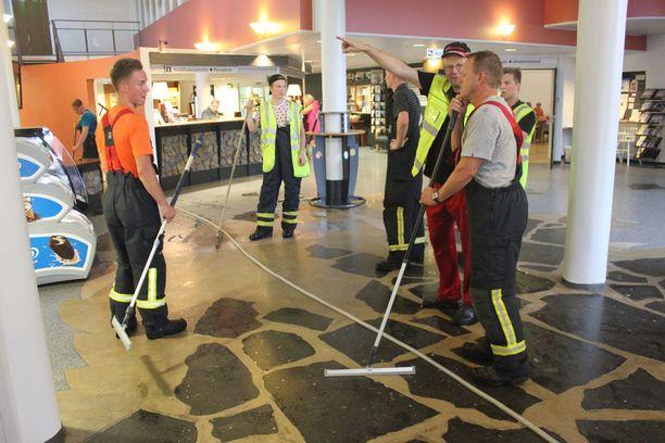 Palomiehet kuivasivat Hotelli Kivitipun aulaa ja ravintolaa.