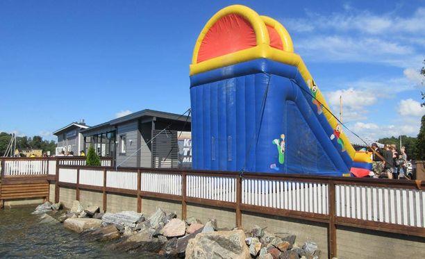 Yksi lapsista putosi onnettomuudessa pomppulinnasta mereen rantalouhikon tuntumaan.