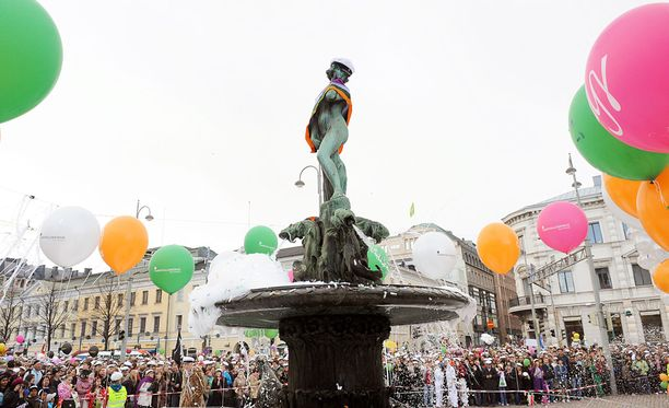Vanhan perinteen mukaan opiskelijat lakittavat Helsingin Kauppatorilla sijaitsevan Havis Amandan patsaan suurella ylioppilaslakilla vapun aattona.