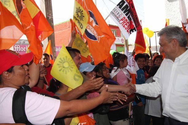 Näin ennakkosuosikki AMLO tervehti kannattajiaan Chicoloapanissa vuonna 2010, kun hän kampanjoi Felipe Calderónia vastaan.