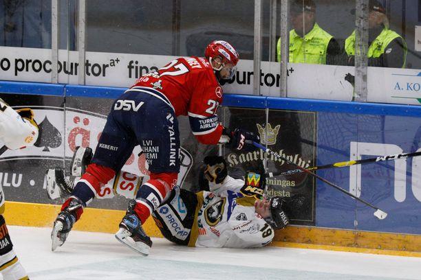 HIFK pelaa kovaa, kuten NHL-konkari Kyle Quincey tässä näyttää nuorelle Rasmus Kuparille.