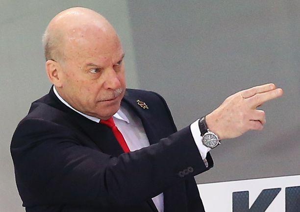 Viime kaudella Mike Keenan valmensi KHL:n Kunlun Red Staria, mutta sai potkut marraskuussa.