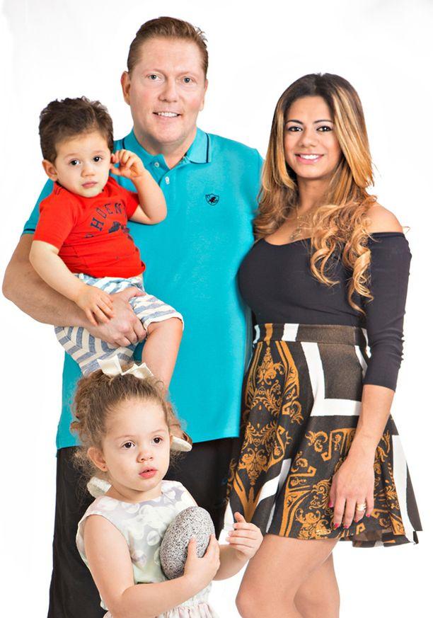 Ylpeä isä Vesa Keskinen. Perheen täydentävät sylissä oleva Toivo-poika vaimo Jane ja tytär Maria.