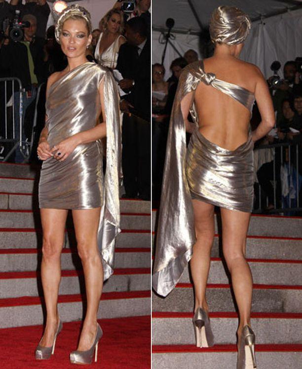 Kate Moss oli liittänyt hopeaasuunsa turbaanin.