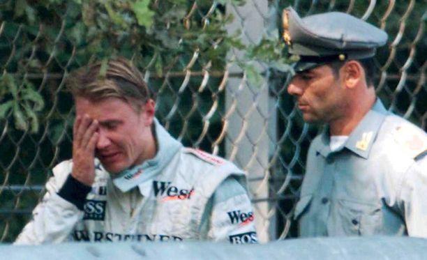 Mika Häkkinen itki Monzassa syyskuussa 1999 keskeytettyään ajovirheeseen ylivoimaisesta johdosta.