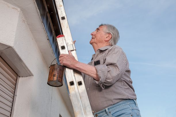 Moni on tottunut tekemään kodin työt itse, mutta korkealle kiipeäminen voi aiheuttaa vakavia haavereita.