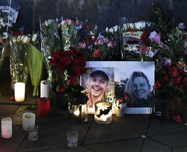 Louisan ja Marenin kuvat seisoivat muistopaikalla Kööpenhaminan kaupungintalon edustalla kukkien ja kynttilöiden ympäröiminä joulukuun lopulla.