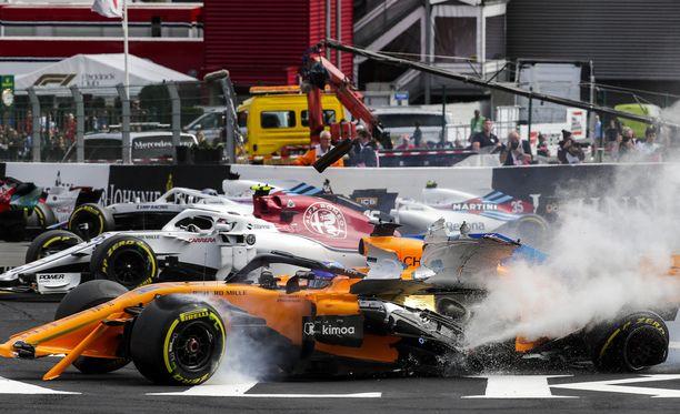 Fernando Alonson ja Charles Leclercin kisa päättyi ensimmäiseen mutkaan.