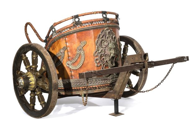 Roomalaisten vaunujen jäljitelmä löytyy niin ikään huutokaupattavien tavaroiden listalta.