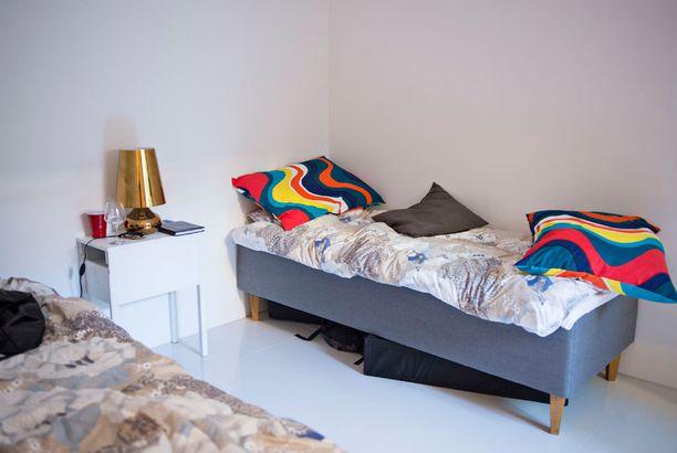 Yläkerran pienessä makuuhuoneessa on makuupaikat kahdelle.