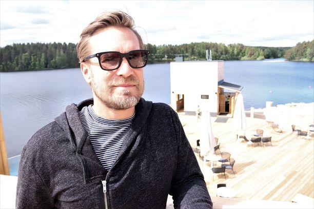 Timosten perhe viettää kesät Suomessa. Uutuuttaan hohtava saunakompleksi on avautunut hetki sitten asiakkaille.