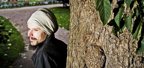 Raitistunut reggaetähti Jukka Poika yllättää huumepaljastuksillaan.