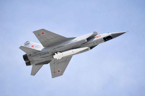 Kinzhal-yliääniohjusta kantava hävittäjä lensi voitonpäivän paraatissa Moskovan yllä.