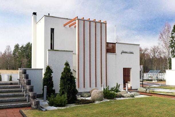 Hämeenlinnan kallein talo on kivimuurien ympäröimä ja sähköportti avaa sisäänkäynnin tontille.