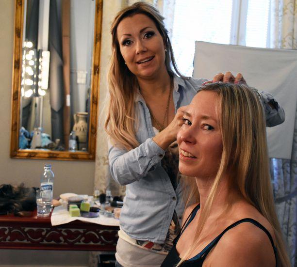 Tästä kaikki alkaa. Hiustaiteilija Kati Metso käy käsiksi hiusmalli Kati Nättisen hiuksiin.