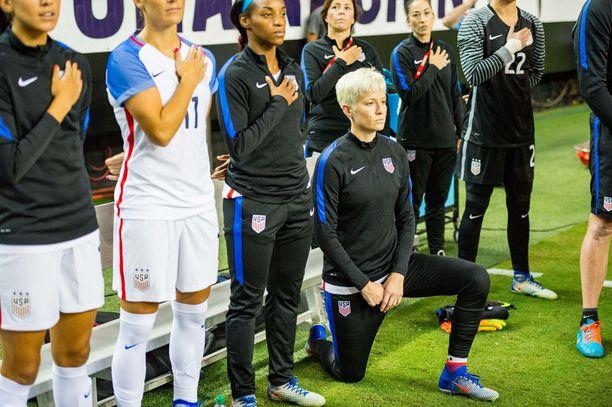 Megan Rapinoe on polvistunut vuosien ajan, kun Yhdysvaltain kansallishymni soitetaan ennen otteluita. Kuva on vuodelta 2016.
