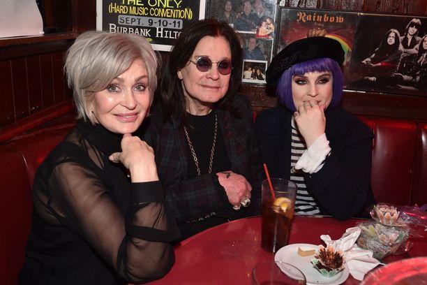 Sharon, Ozzy ja Kelly Osbourne viettivät aikaa yhdessä helmikuussa ennen koronaepidemian leviämistä.