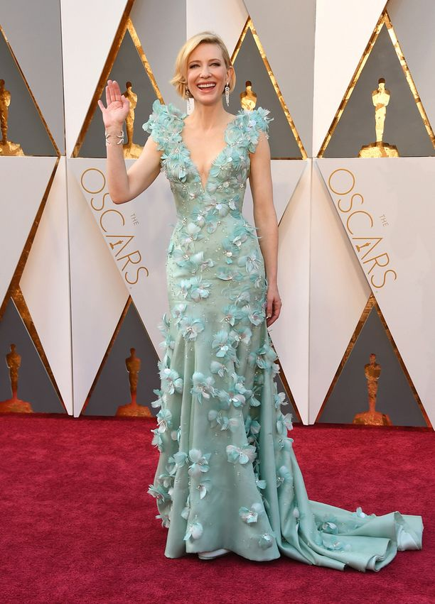 Cate Blanchett vilkutti punaisella matolla.