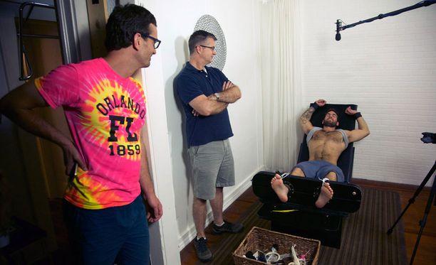 Dokumentin takaa löytyvät David Farrier (kuvassa vas.) ja Dylan Reeve. Richard Ivey on kuvassa keskellä.