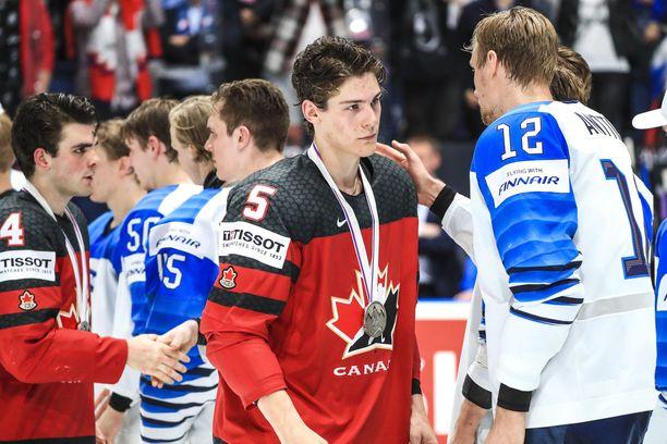 Kanadan joukkue kätteli tuoreita maailmanmestareita kaukalossa loppuottelun päätyttyä.