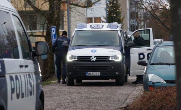 Poliisi eristi Klaukkalan keskustan pankkiryöstön jälkeen.