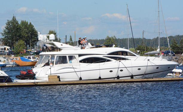 Tällaisella veneellä Selänne saapui Kotkan Meripäiville.