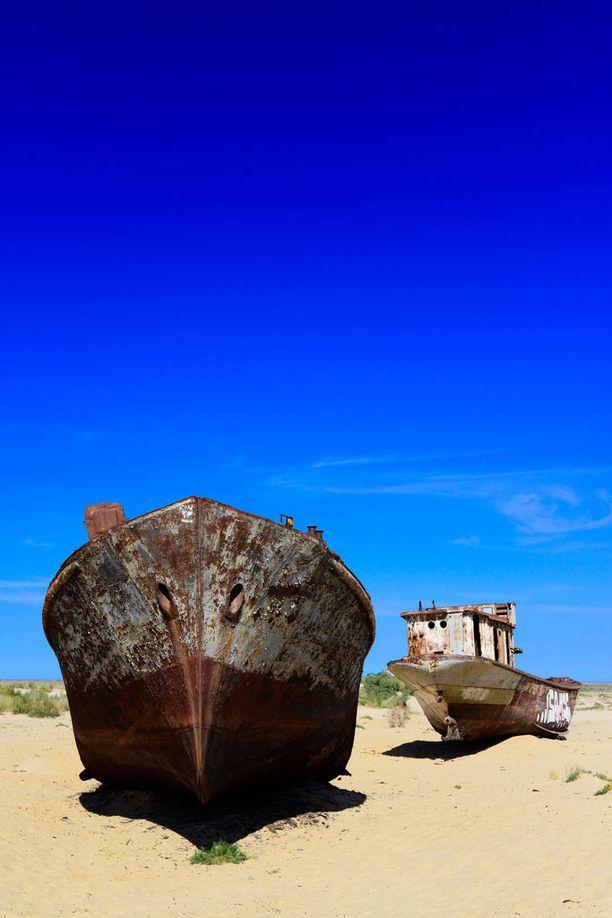 Entinen järvenpohja on kuivaa ja pölisevää hiekkaa.