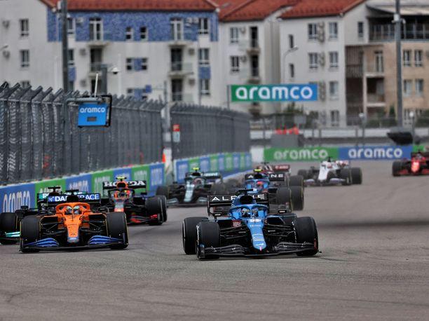 Fernando Alonso kaasutteli Venäjän GP:ssä avausmutkan suoraksi jo nousi kolme sijaa sen ansiosta.