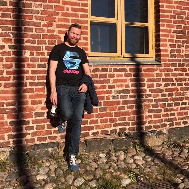 Johannes Koski on 41-vuotias pelisuunnittelija ja Sale tviittaa kuin Trump -tilin luoja.
