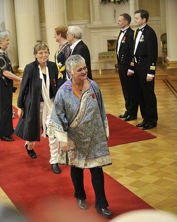 Pirkko Saisio ja Pirjo Honkasalo tanssivat Linnassa. Siitäkös tyylikonsultti pahoitti mielensä.