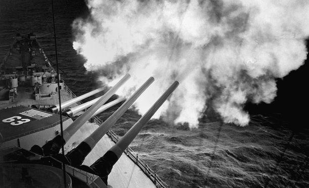 USS Missouri tulittaa vihollista 16-tuumaisilla tykeillään.